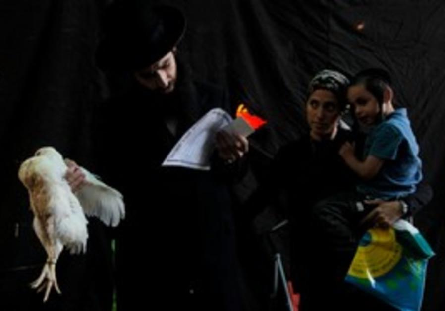 Haredim perforem kapparot ritual in Jerusalem