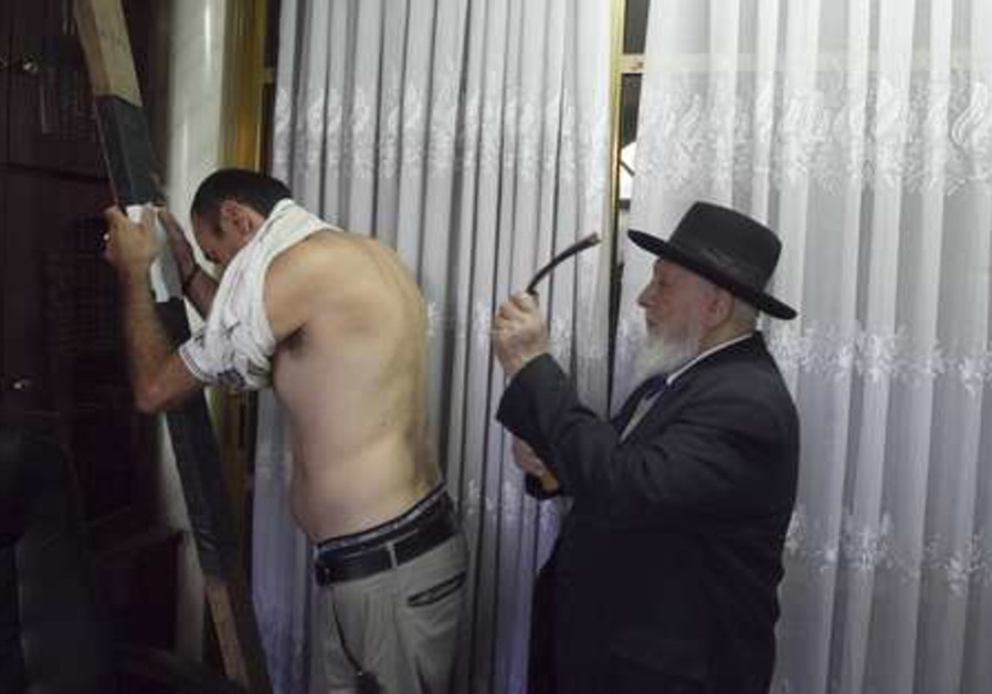Rabbi Nisanov performs the Malkot ritual