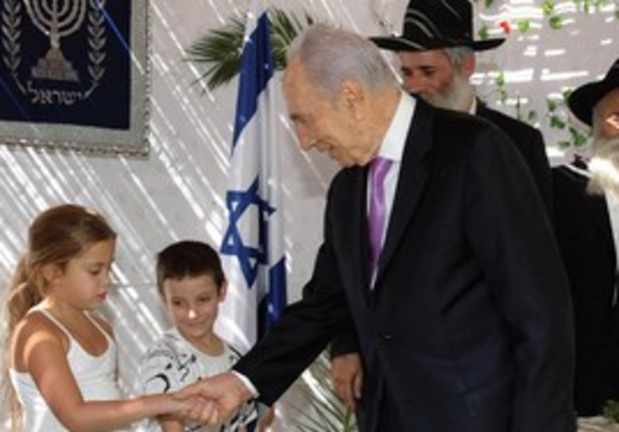 Peres greets kids in presidential succa