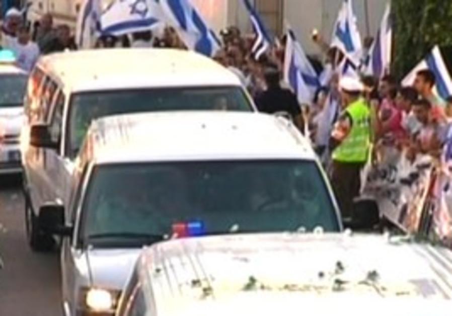 Convoy carries Gilad Schalit to Mitzpe Hila home