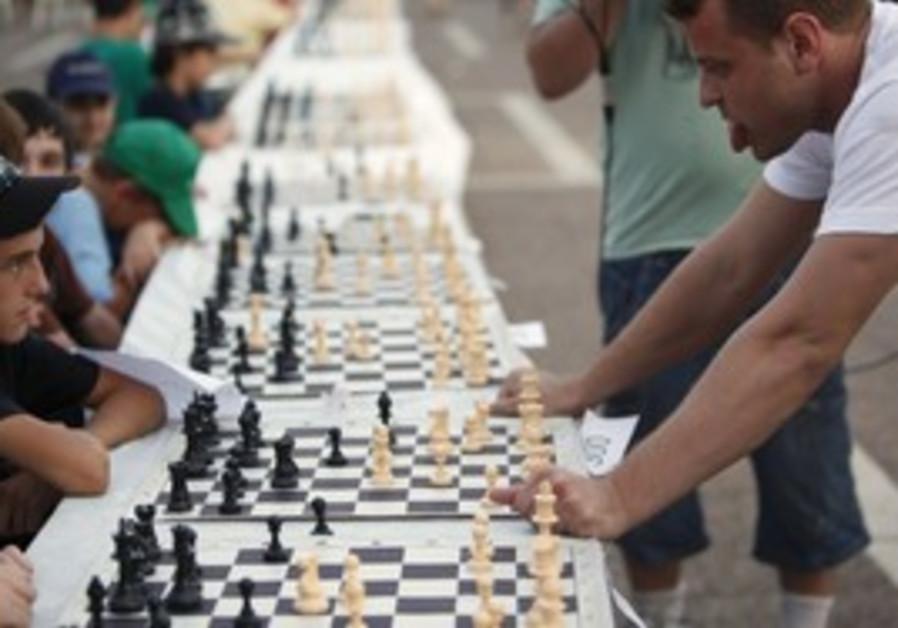 Grandmaster Alik Gershon plays simulatenous games