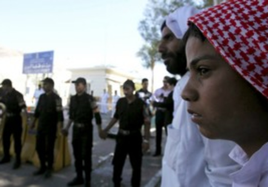 Egyptians wait for prisoners at Taba crossing