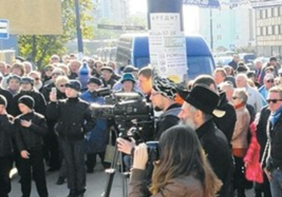 Crowd gather where Konigsberg Synagogue once stood