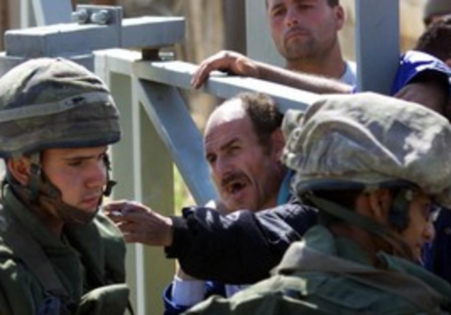 SLA men enter Israel after IDF Lebanon withdrawal
