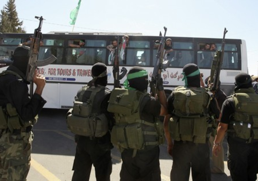 Freed Palestinian prisoners wave a Hamas flag