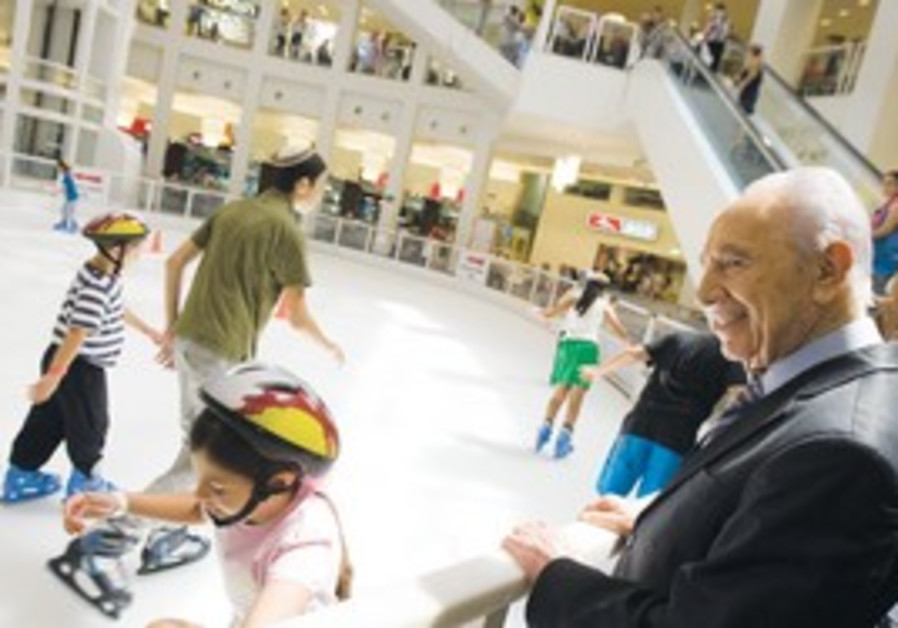 Peres visits shopping mall in Ashdod