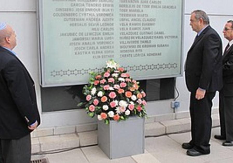 Dignitaries at the Buenos Aires memorial [file]