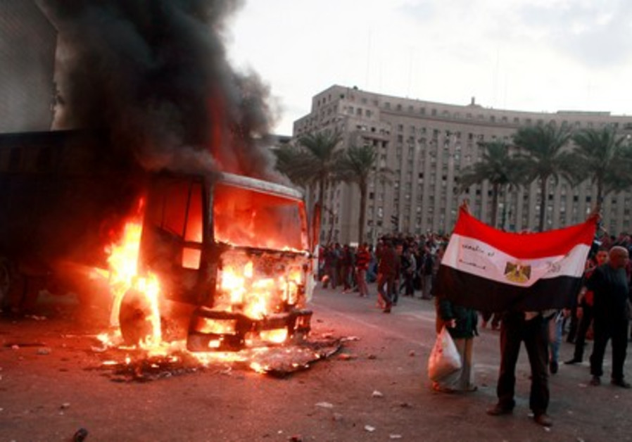 Protesters and police clash in Tahrir Square