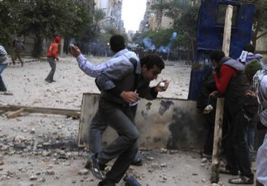 Police protesters clash in Tahrir Square
