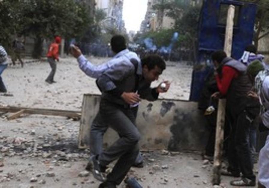 Police protesters clash in Tahrir Square