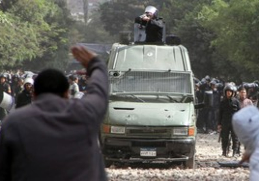 Police clash with protesters in Tahrir Square