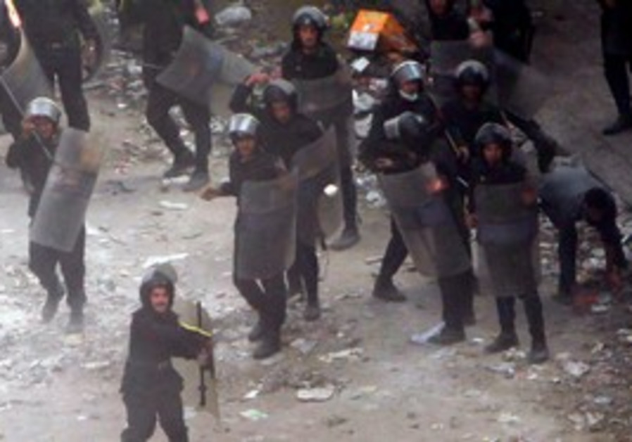 Egyptian police throw stones at protesters