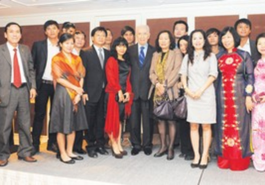 Peres with Vietnamese students