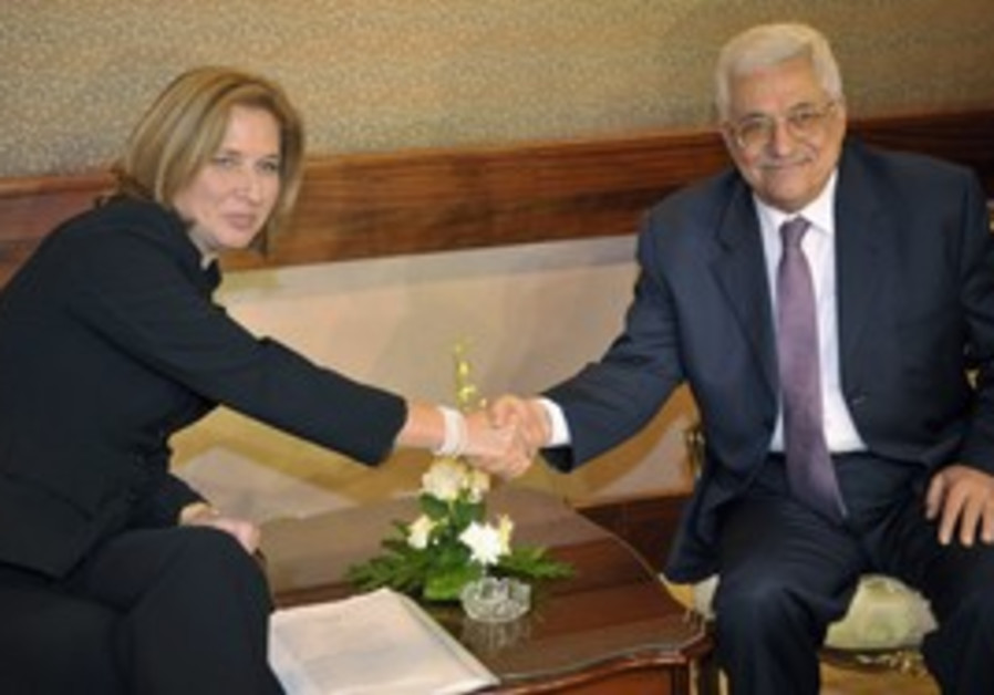 Tzipi Livni with Mahmoud Abbas [file photo]