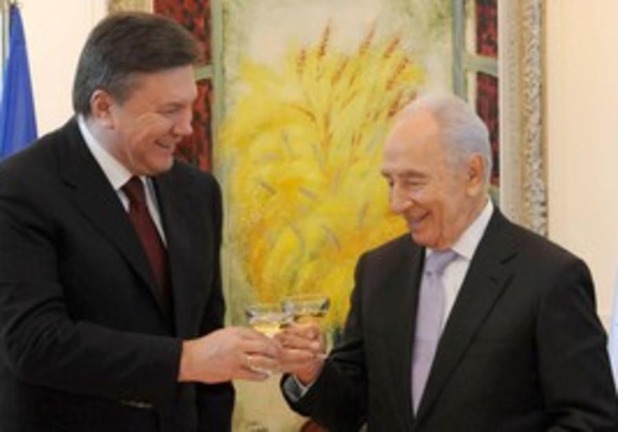 Peres with Ukrainian President Yanukovych