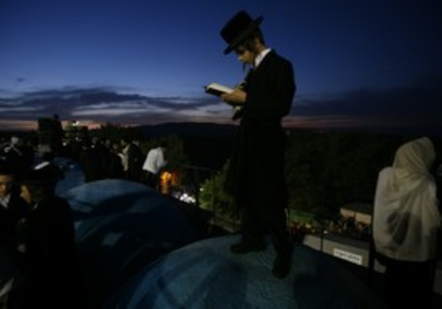 haredi praying on Mount Meron
