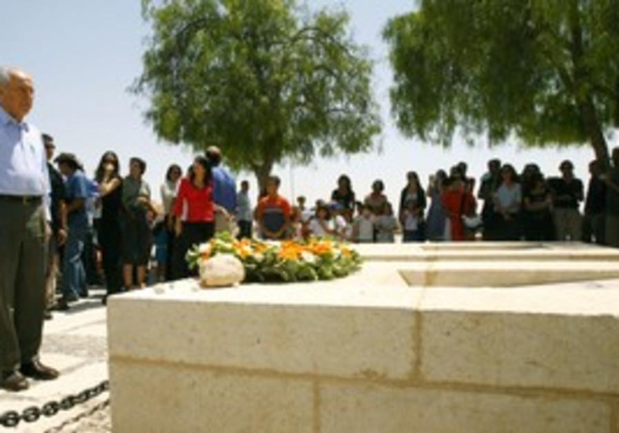 Peres visits Ben-Gurion grave