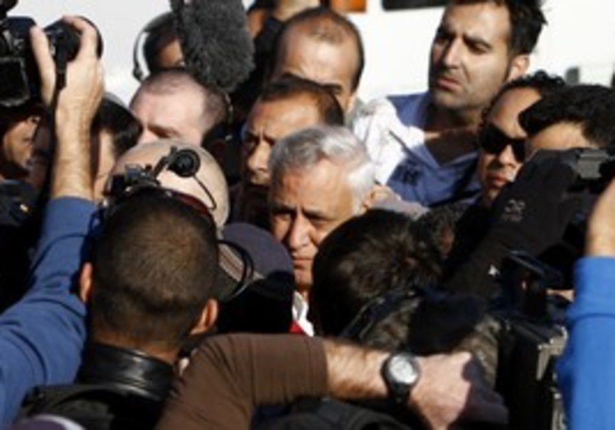 Media surrounds Moshe Katsav, Kiryat Malachi