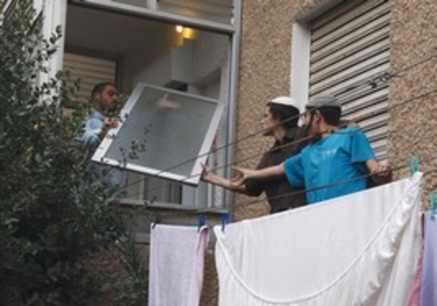 police stops activist from entering price-tag apt