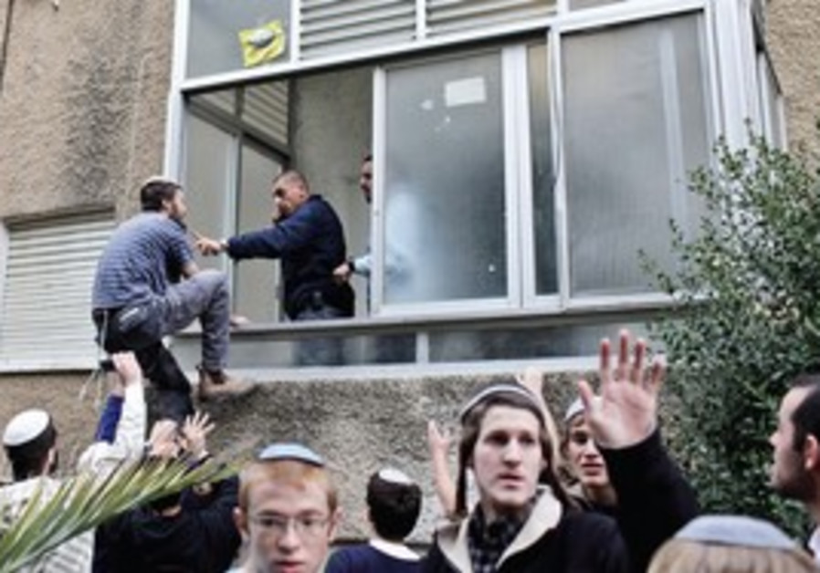 Police search apartment of suspected extremists