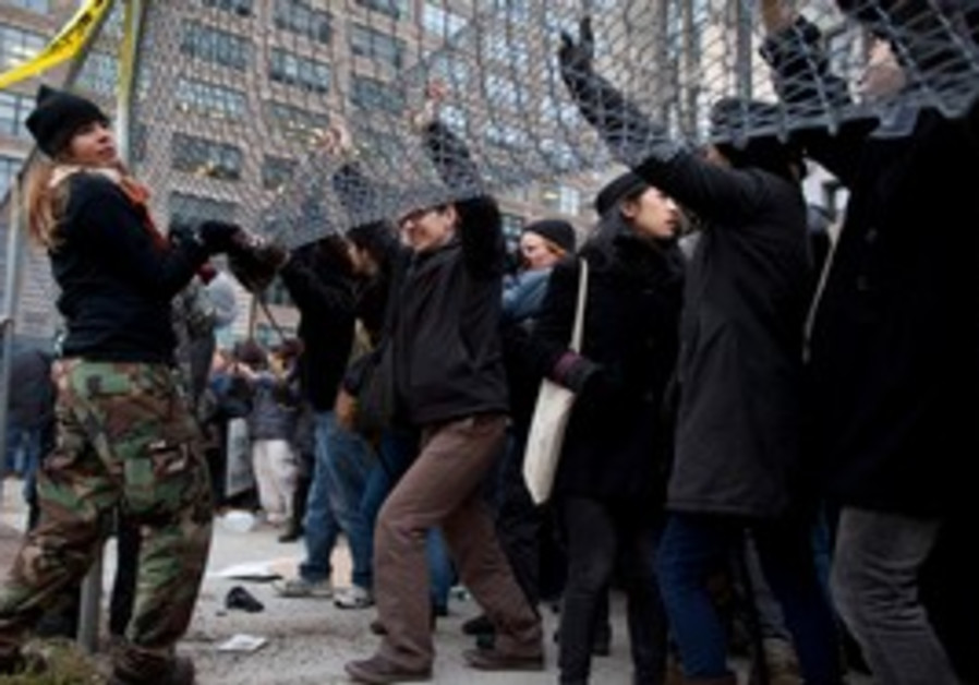 Occupy protesters lift fence in NY