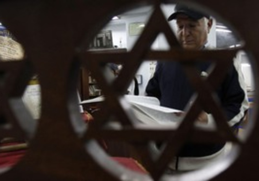 Tunisian Jew reads from Torah in Tunis