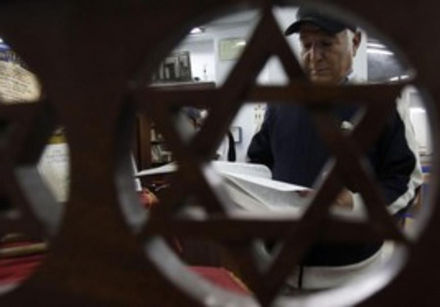 Tunisian Jew reads from Torah in Tunis