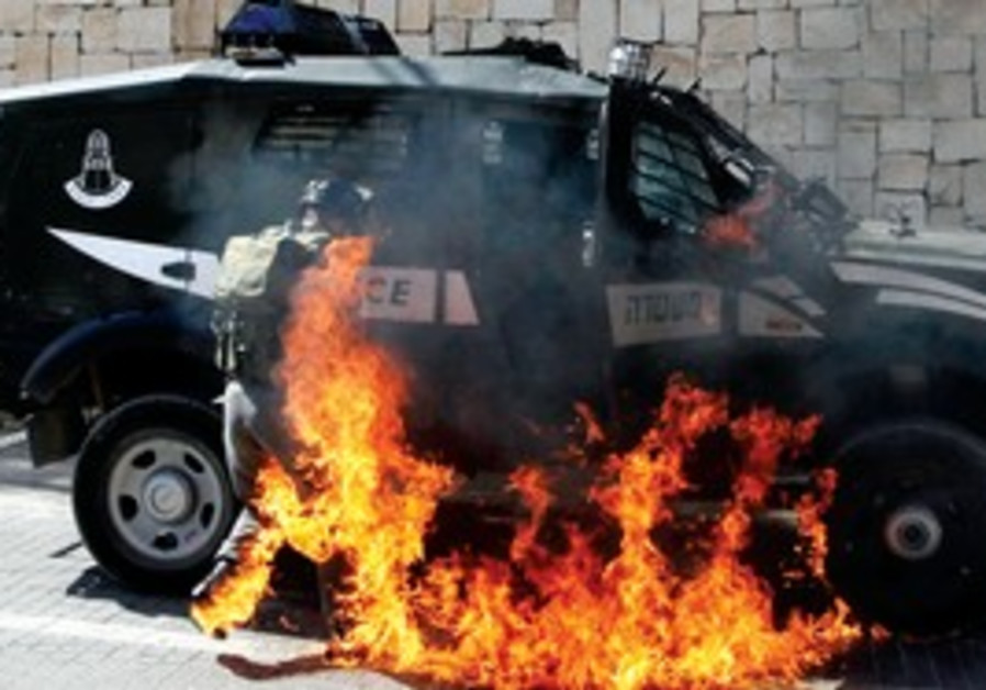 Border police engulfed by flames in Silwan
