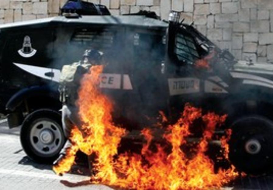 Border police engulfed by flames in Silwan