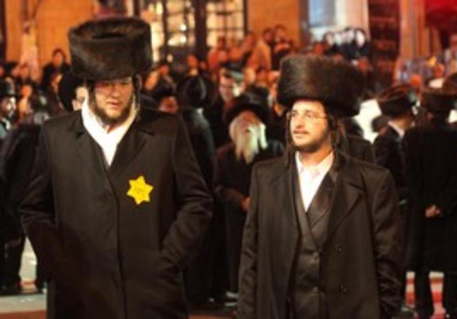 Haredi protesters in J'lem wear yellow Star of Dav