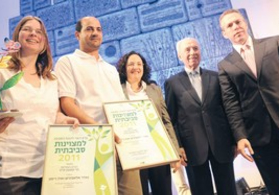 Peres, Erdan honor environmental activists