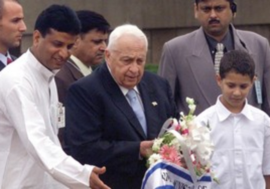 Ariel Sharon places a wreath for Mahatma Gandhi