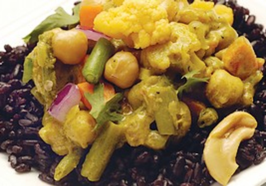 COCONUT-VEGETABLE CURRY WITH CASHEWS