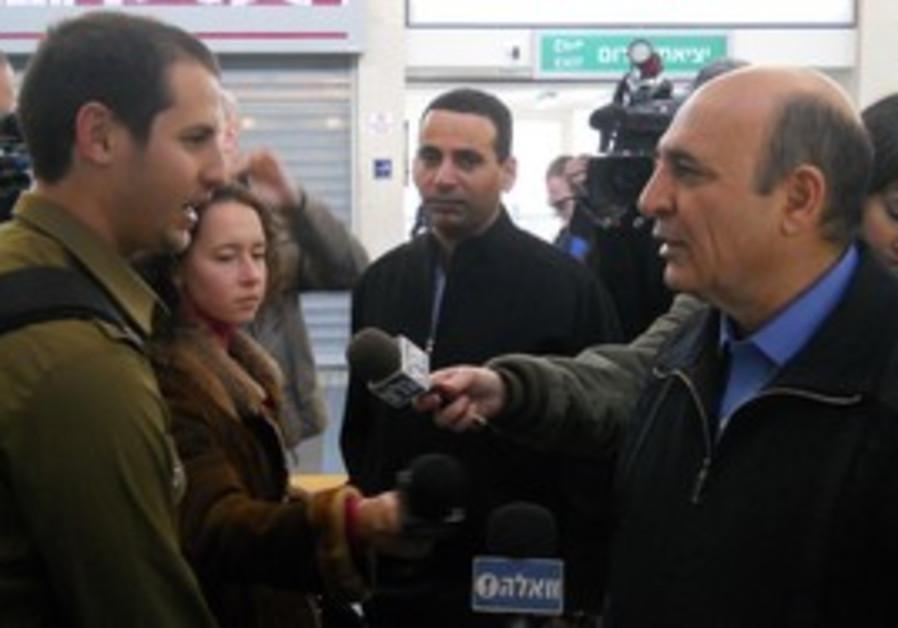Mofaz with soldiers on 1st day of train arrangemen