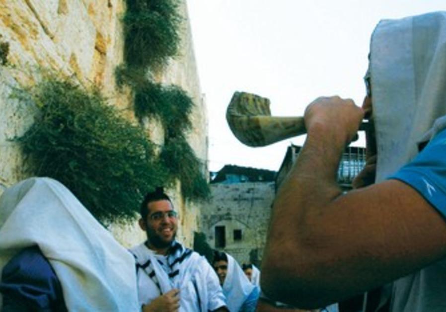 Jew blows shofar at Kotel