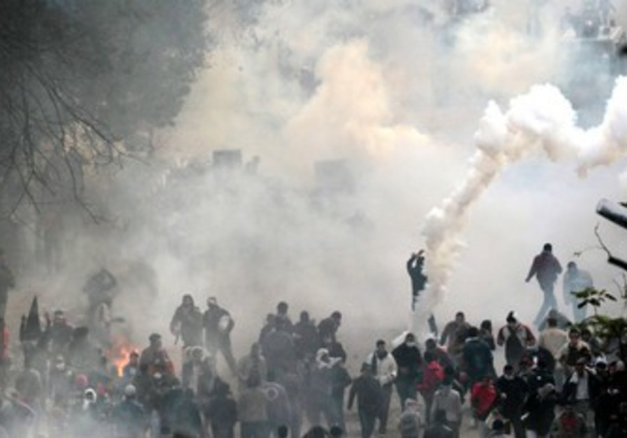 Protesters clash with riot police in Cairo