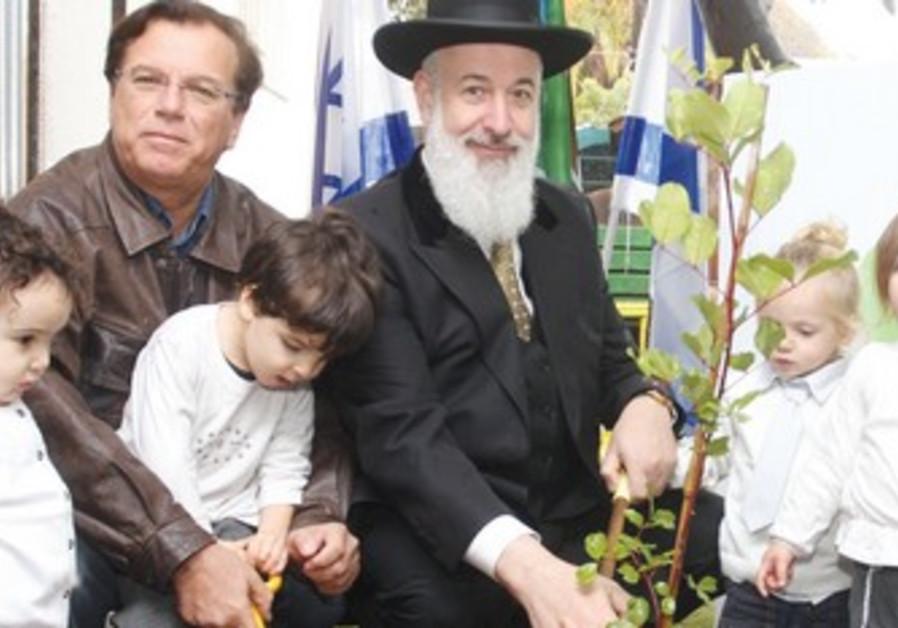Rabbi  Metzger, JNF Chairman Stenzler plant trees