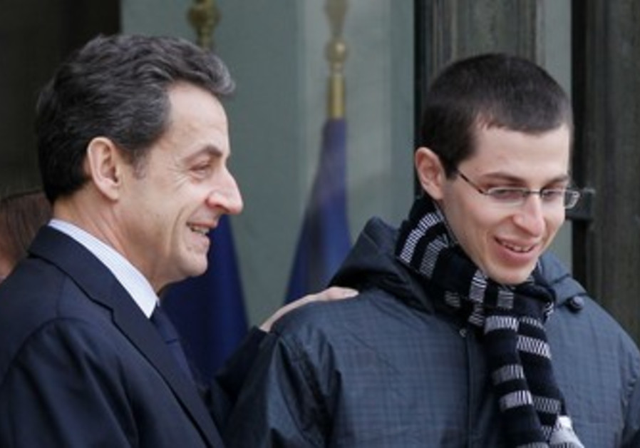 Sarkozy welcomes Gilad Schalit in Paris