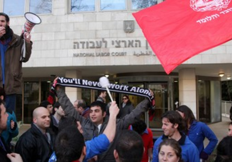 Demonstration in front of Labor Court