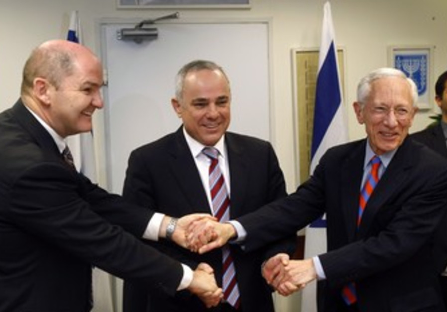Doyle shakes hands with Fischer and Steinitz