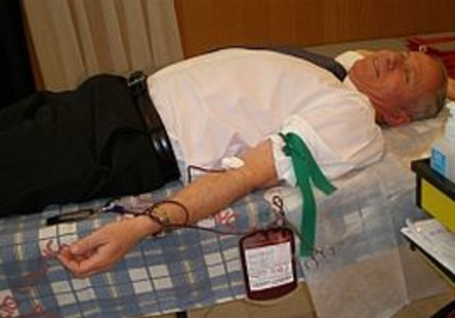 Avi Dichter donating blood [file photo]