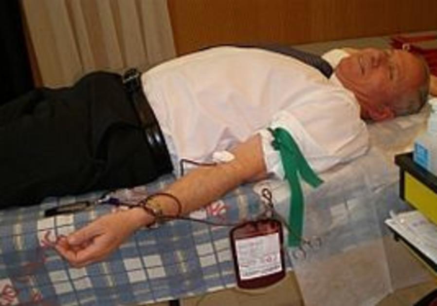 Avi Dichter donating blood [file photo]