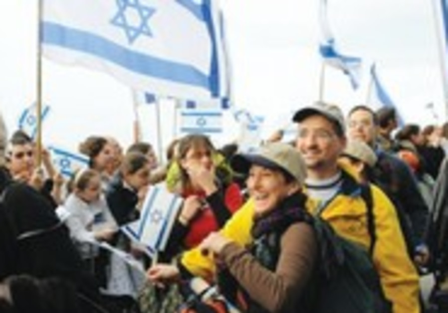 New olim arrive in Israel.