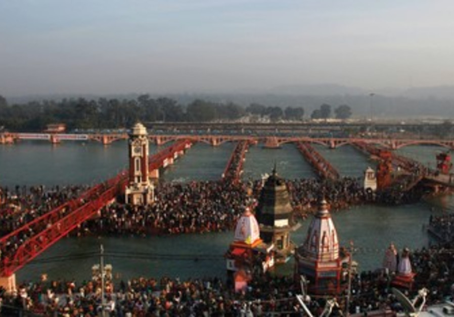 Hindus gather at Ganges River