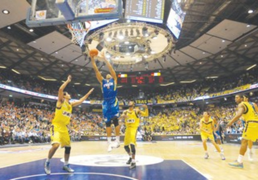 MACCABI TEL AVIV center Richard Hendrix