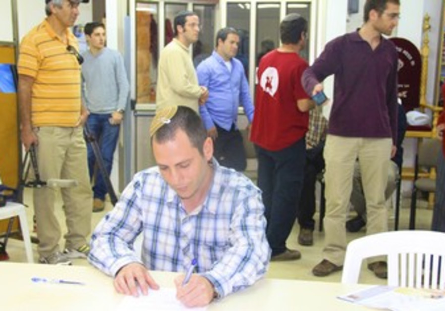 Migron resident Shuki Sat signs agreement to reloc