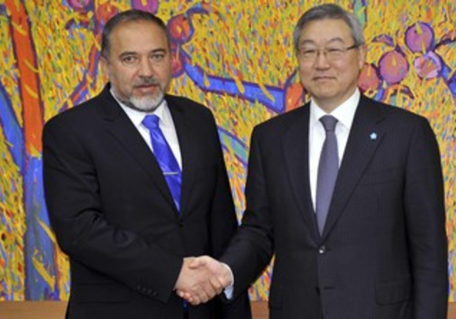 Liberman and S. Korea FM shake hands 370 R