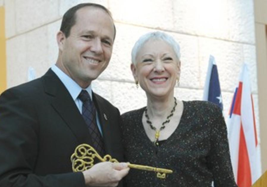 Marcie Natan presents symbolic key to Nir Barkat