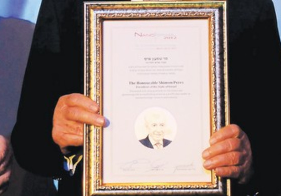 Peres displays certificate at Nanotech conference