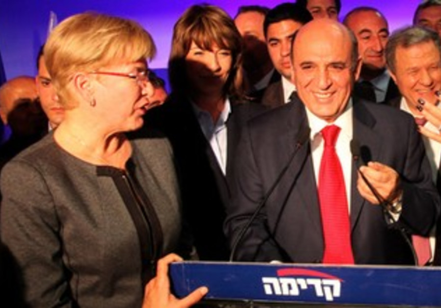 A Smiling Shaul Mofaz wins the Kadima primary.